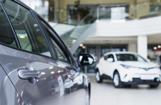 Imagem mostra uma concessionária do setor automotivo