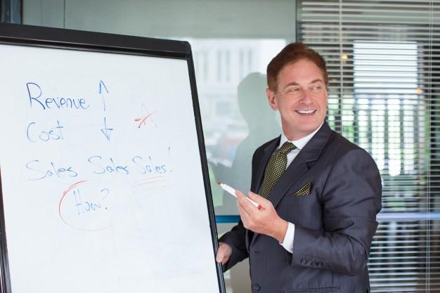 Imagem mostra o palestrante de um treinamento para vendedores